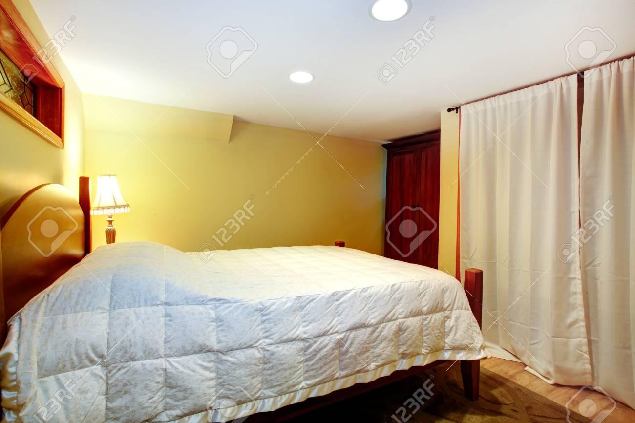 Camera da letto con letto, armadio Window cabinet è curntained e la luce è  accesa