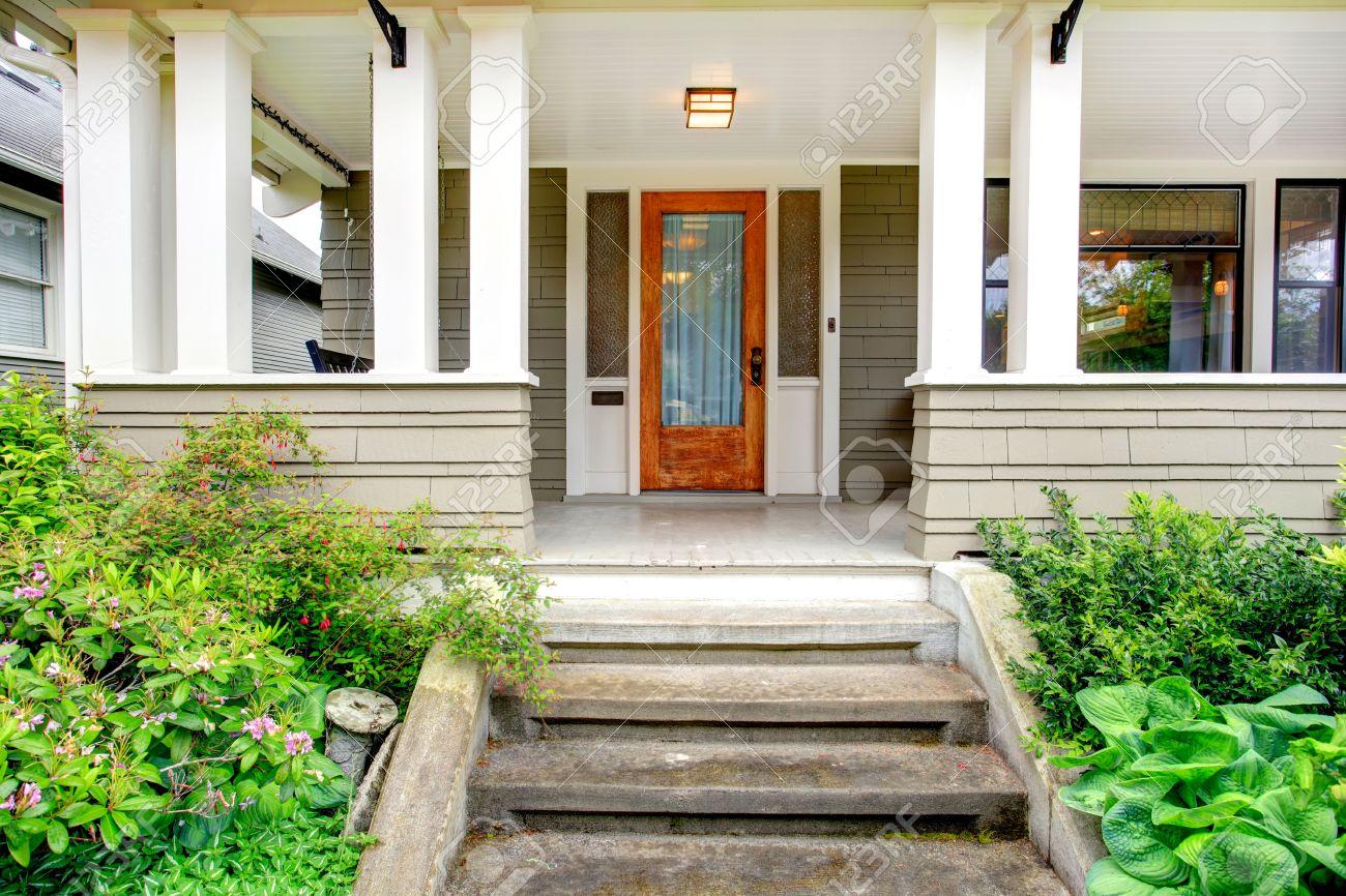 exterior de la casa vista de la entrada del porche columna con escaleras foto de archivo