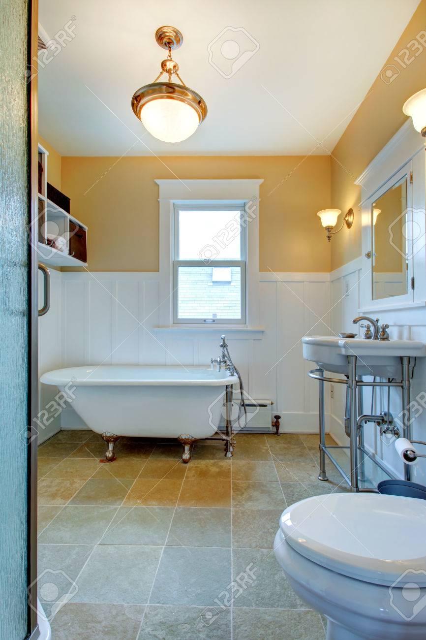 Banque Du0027images   Salle De Bain Jaune Et Blanc Avec Fenêtre, Lavabo Et Se  Baignoire Sur Pieds