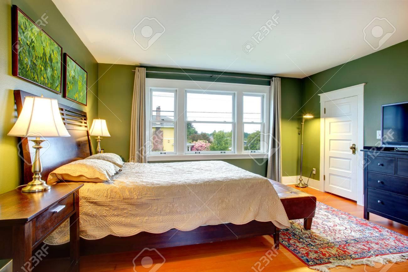 grüne wände schlafzimmer mit hohem kopfteil bett, ottaman, schwarz, Wohnzimmer dekoo