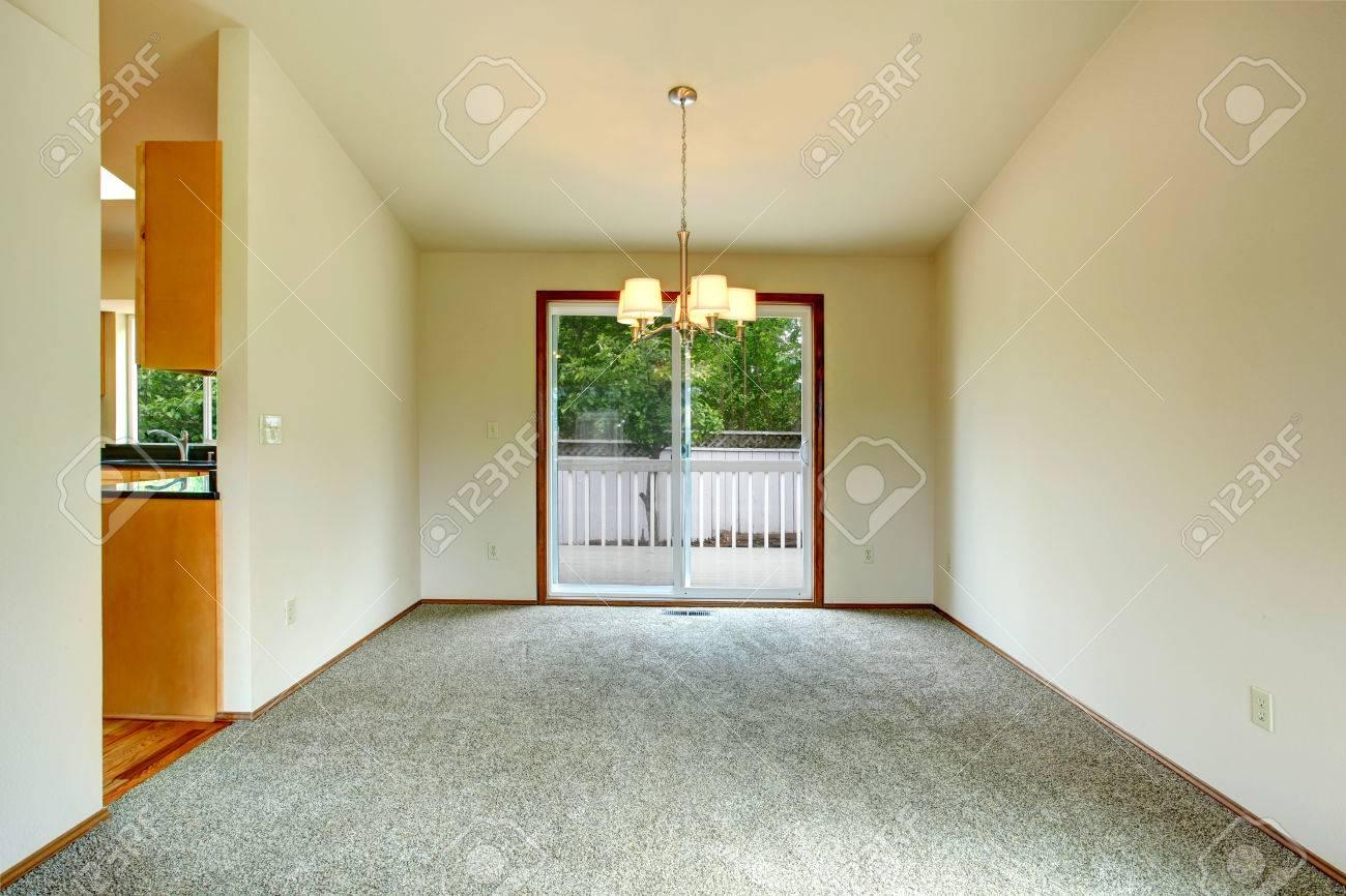 Leere Wohnzimmer Mit Teppichboden Und Gewolbedecke Blick Auf Glastur