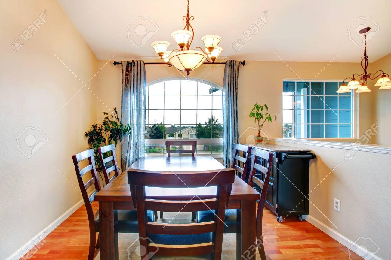 banque dimages belle petite salle manger avec rideaux fentre franaise meubl avec set de table et armoire modile