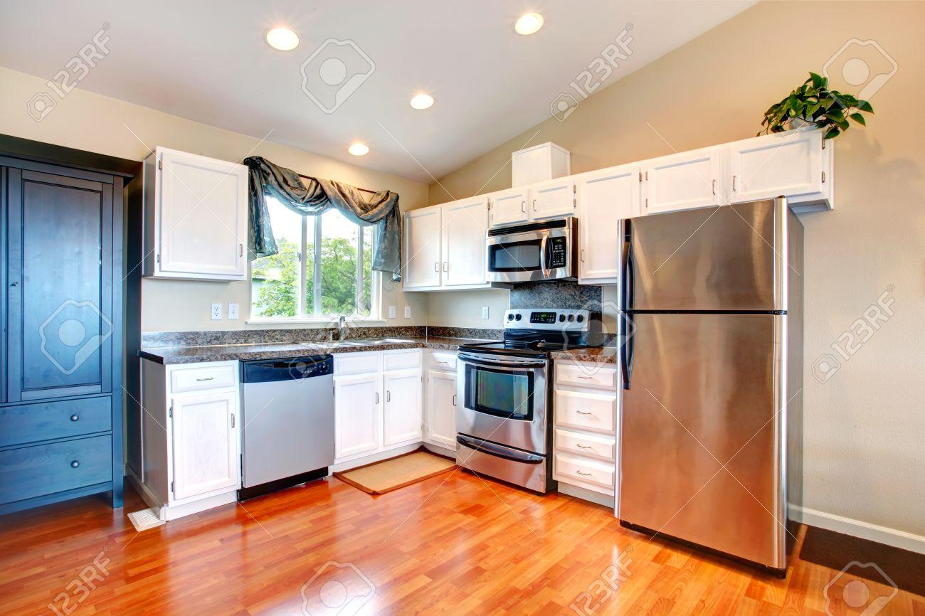 Küche Zimmer Mit Weißen Schränken Und Küchengeräten Lizenzfreie ...
