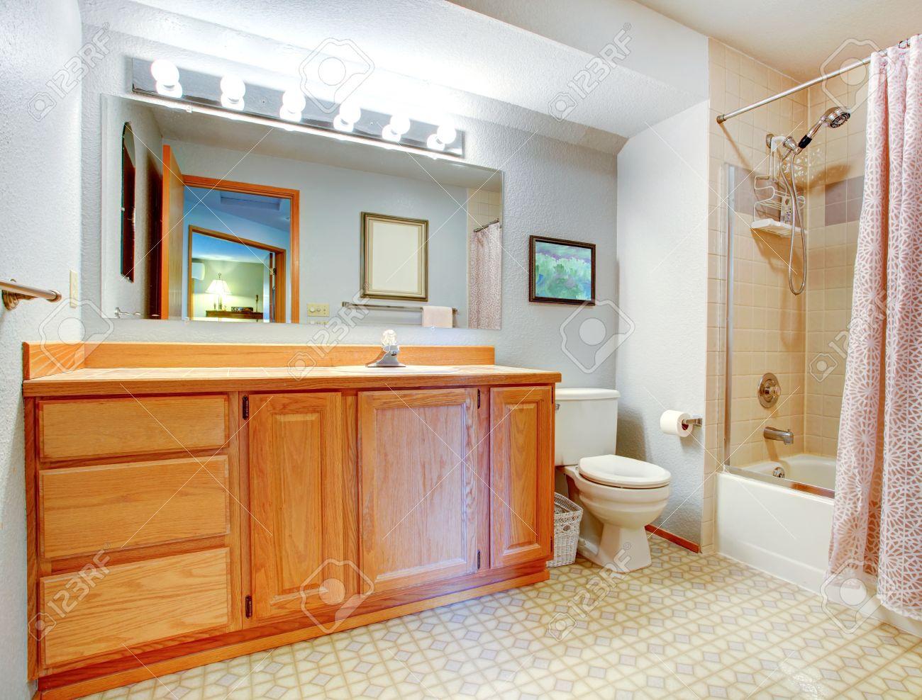 banque dimages salle de bains avec meuble en bois baignoire avec garniture de carreaux de mur et rideau rose clair - Salle De Bain Baignoire Rose