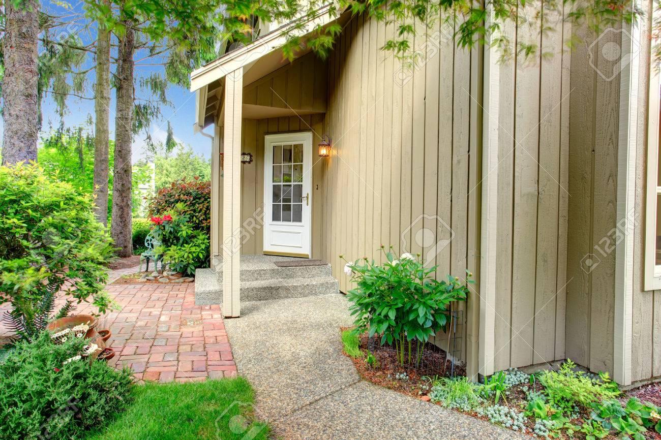 Porche D Entrée Bois bois maison de bardage avec un petit porche d'entrée. vue de blanc