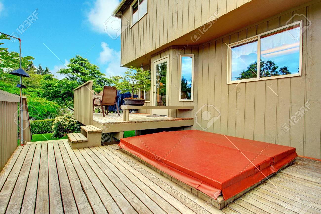 Geraumige Zwei Ebene Hinterhof Deck Terrasse Auf Der Ersten Ebene