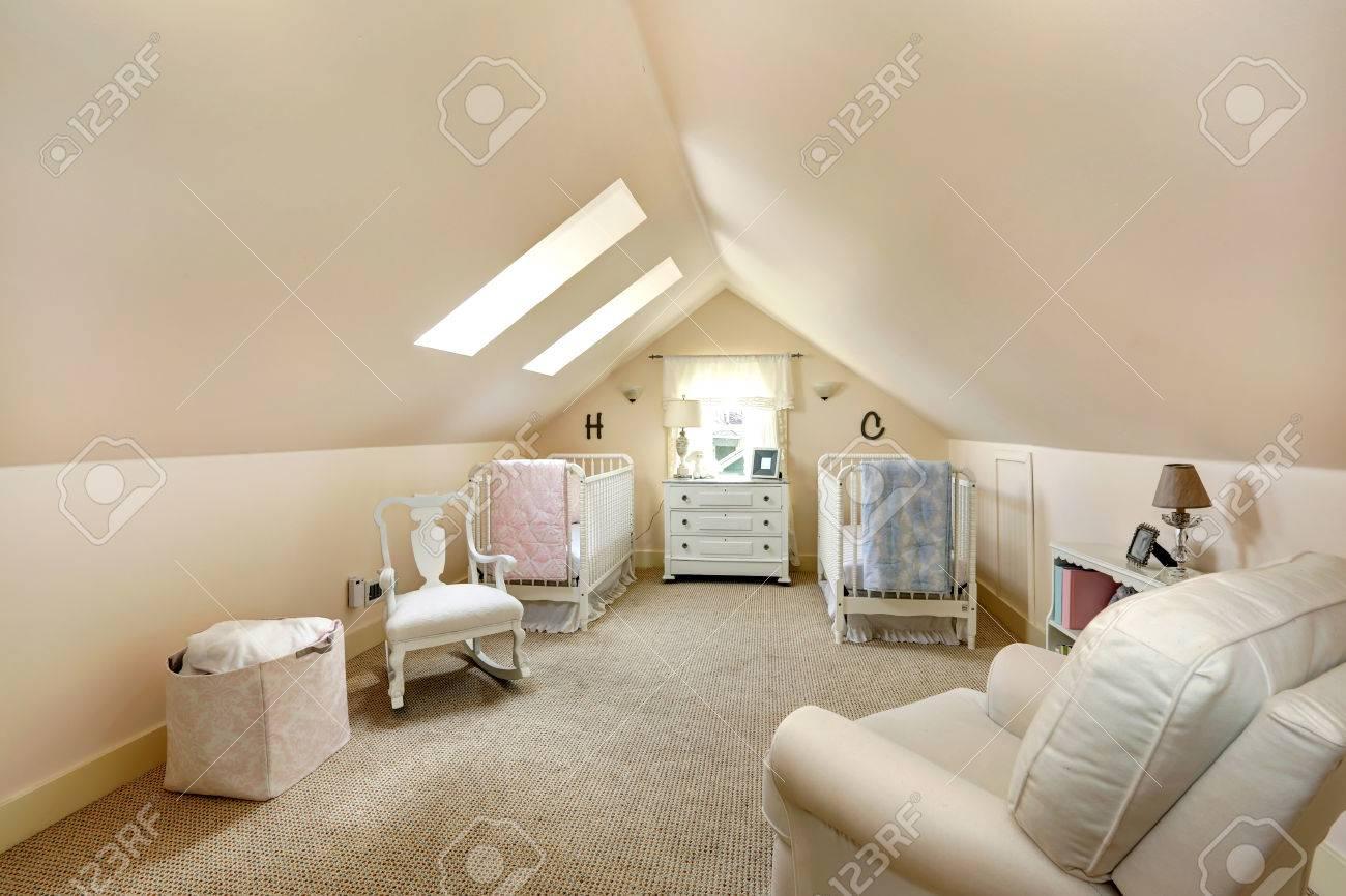 Ivoire plafond voûté nurserie avec deux lits, chaise berçante ...