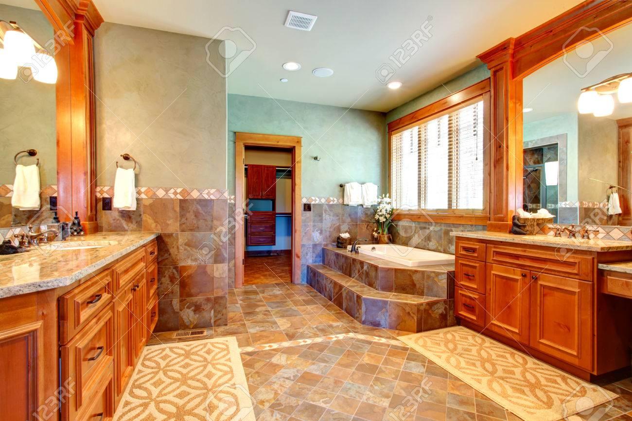 Bagno di lusso con finiture muro di piastrelle e pavimento di