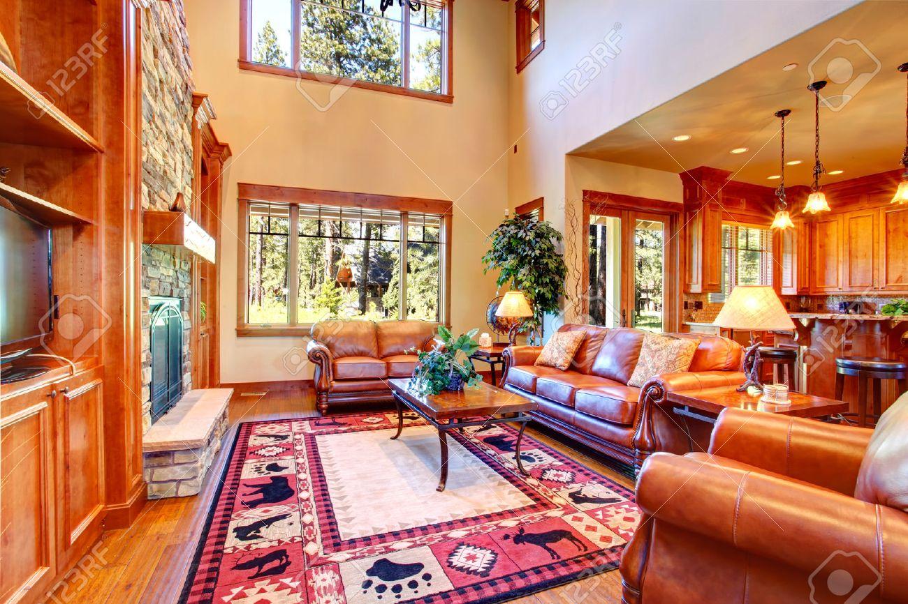 Luxe woonkamer met stenen muur trim en open haard kamer ingericht ...