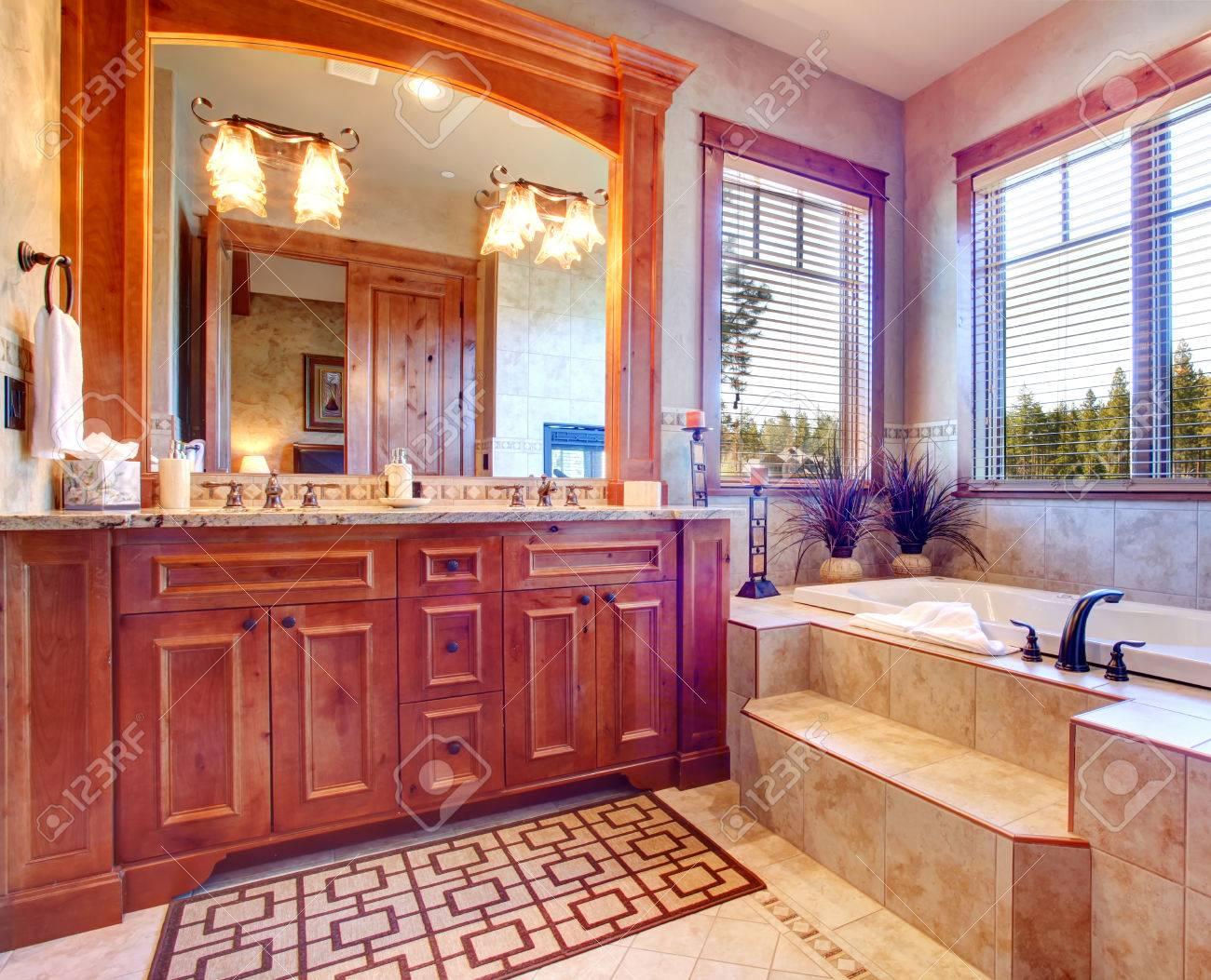 Immagini stock bagno di lusso con vasca idromassaggio mostra
