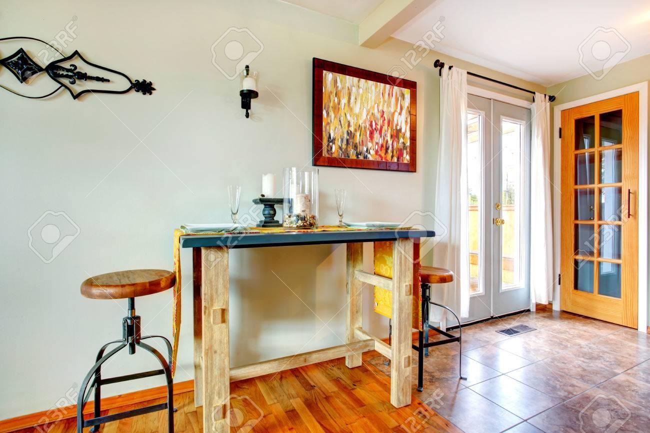 Servido pequeña mesa de comedor rústico para dos personas