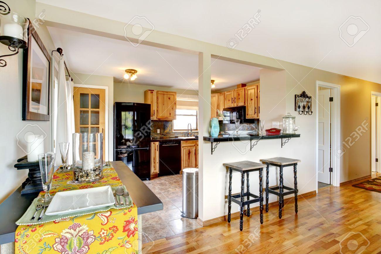 Intérieur de la cuisine simple avec comptoir de bar et table ...