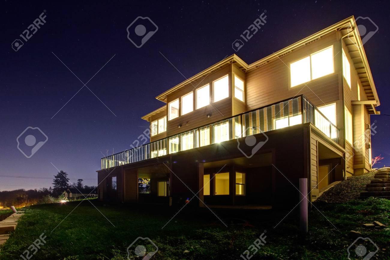 Grande Maison Moderne Avec Des Lumières Brillantes Sur Des Fenêtres ...