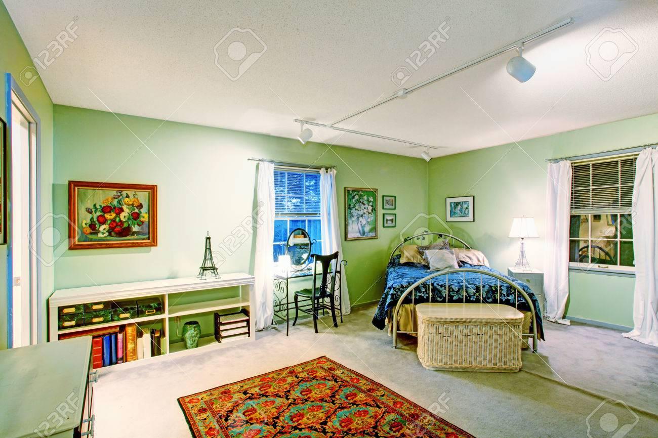 Grünes Schlafzimmer Mit Antiken Bett, Korb Brust, Schreibtisch Und ...