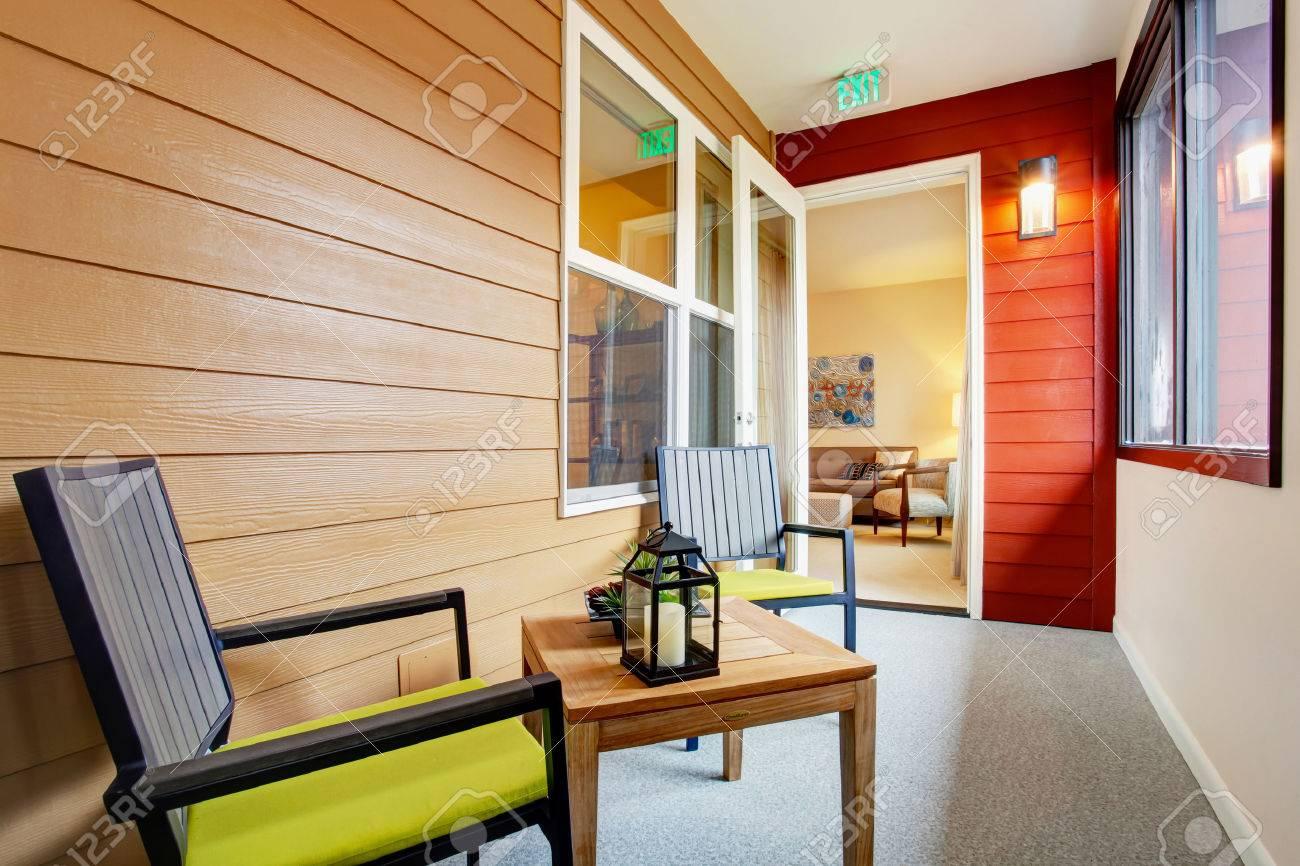 Table Pour Balcon Étroit porche étroit avec table et chaises en bois