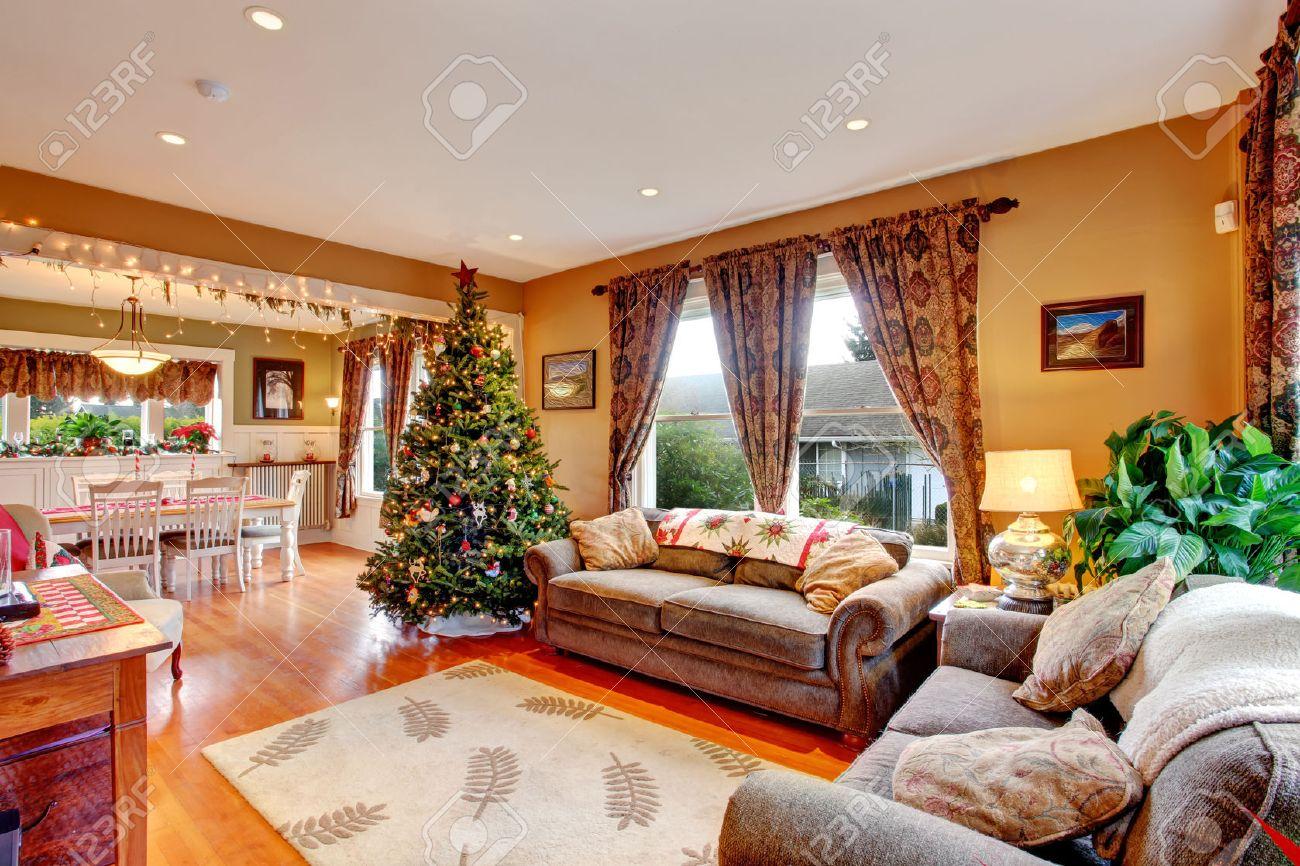 Gemütliches Haus Innen Am Weihnachtsabend. Blick Auf Wohnzimmer Mit  Weihnachtsbaum Und Essbereich Standard Bild