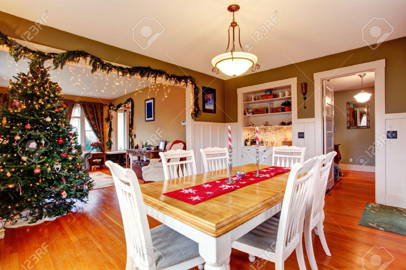 Beatifully inredda matsal och vardagsrum på julafton royalty fria ...