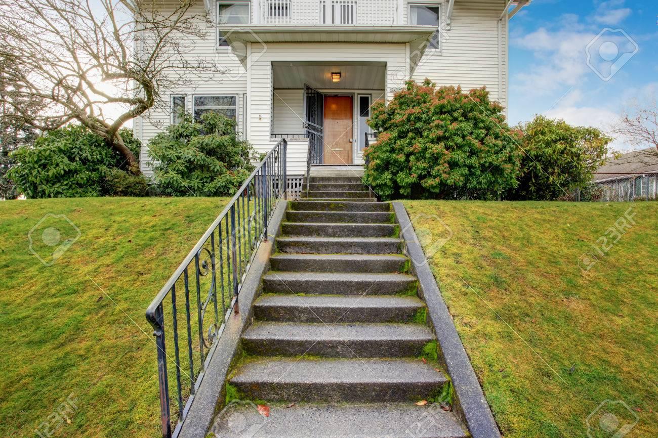 Verschiedene Haus Mit Veranda Dekoration Von Standard-bild - Weiß Altes Und Terrasse über