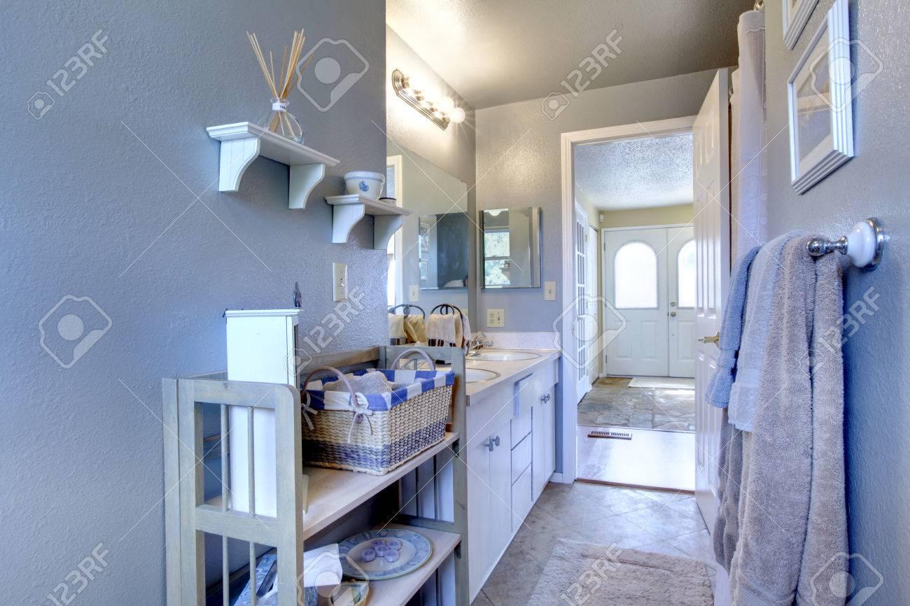 Salle De Bain Couloir Wc ~ salle de bains avec tag re en bois vue de entance couloir par la