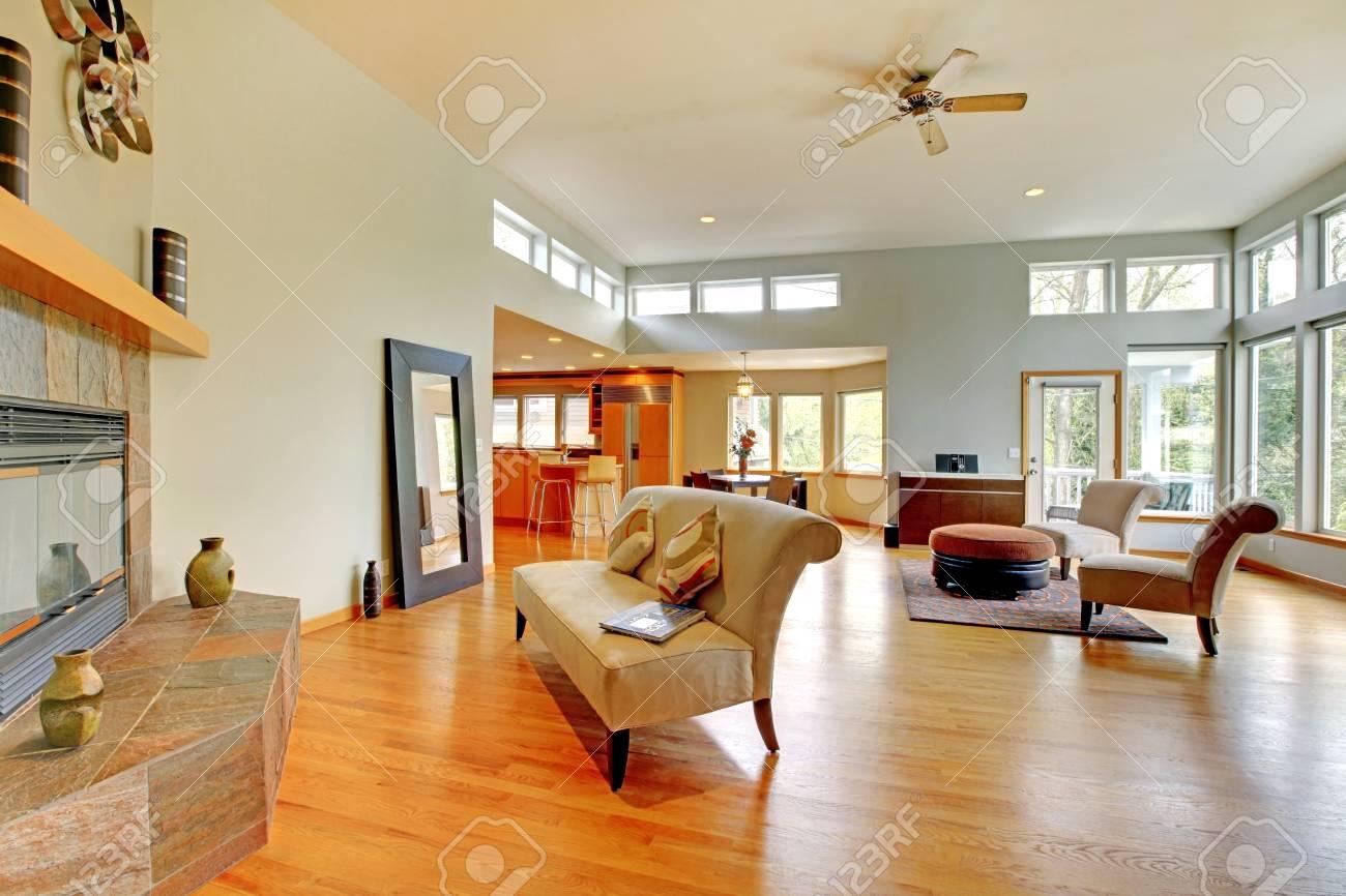 Fantastische Modernes Wohnzimmer Home Interior. Riesige Grüne Helle ...