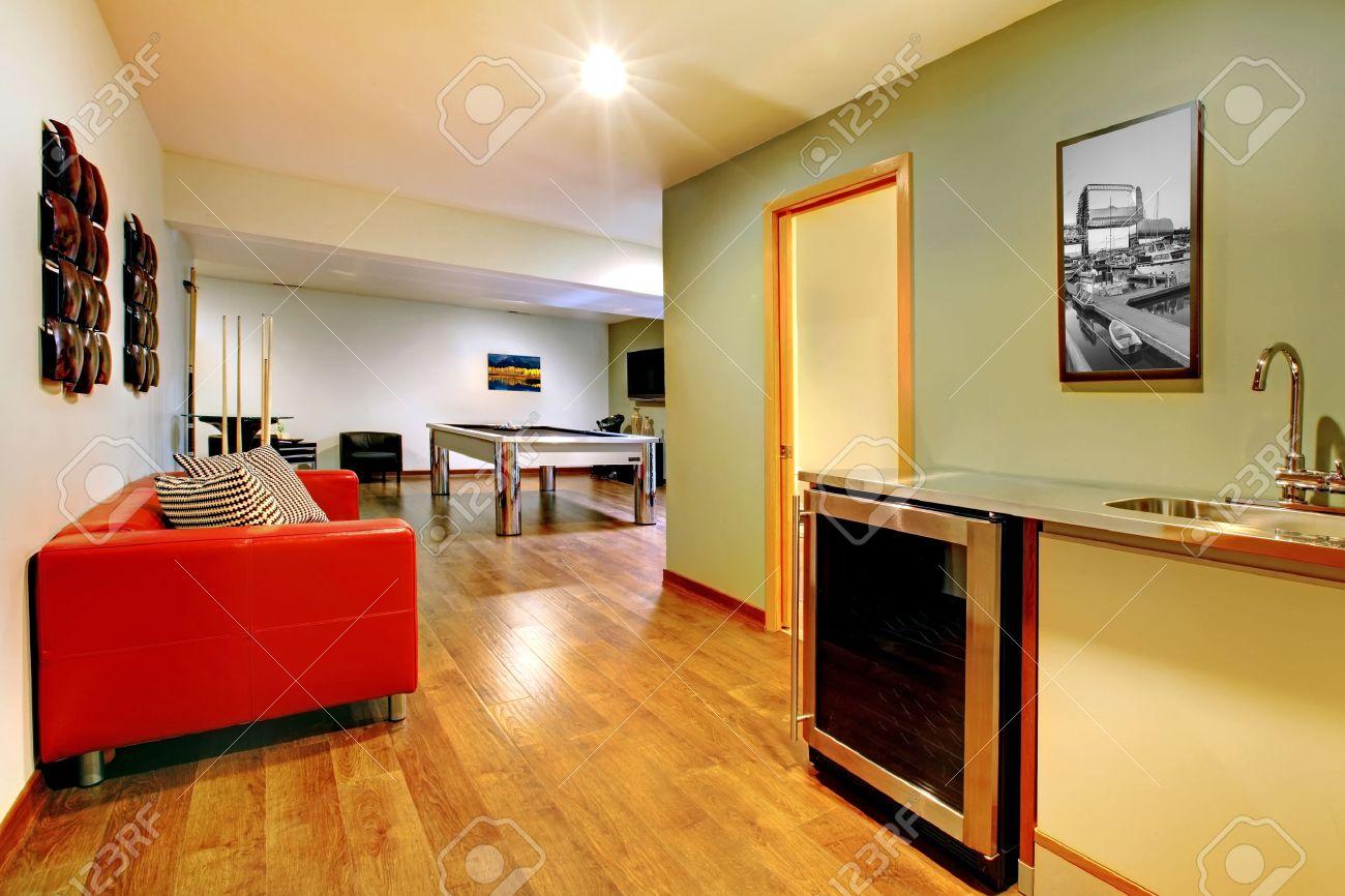 fun salle de jeux int�rieure de la maison du sous-sol sans fen�tre avec  table de billard, t�l�vision, jeux