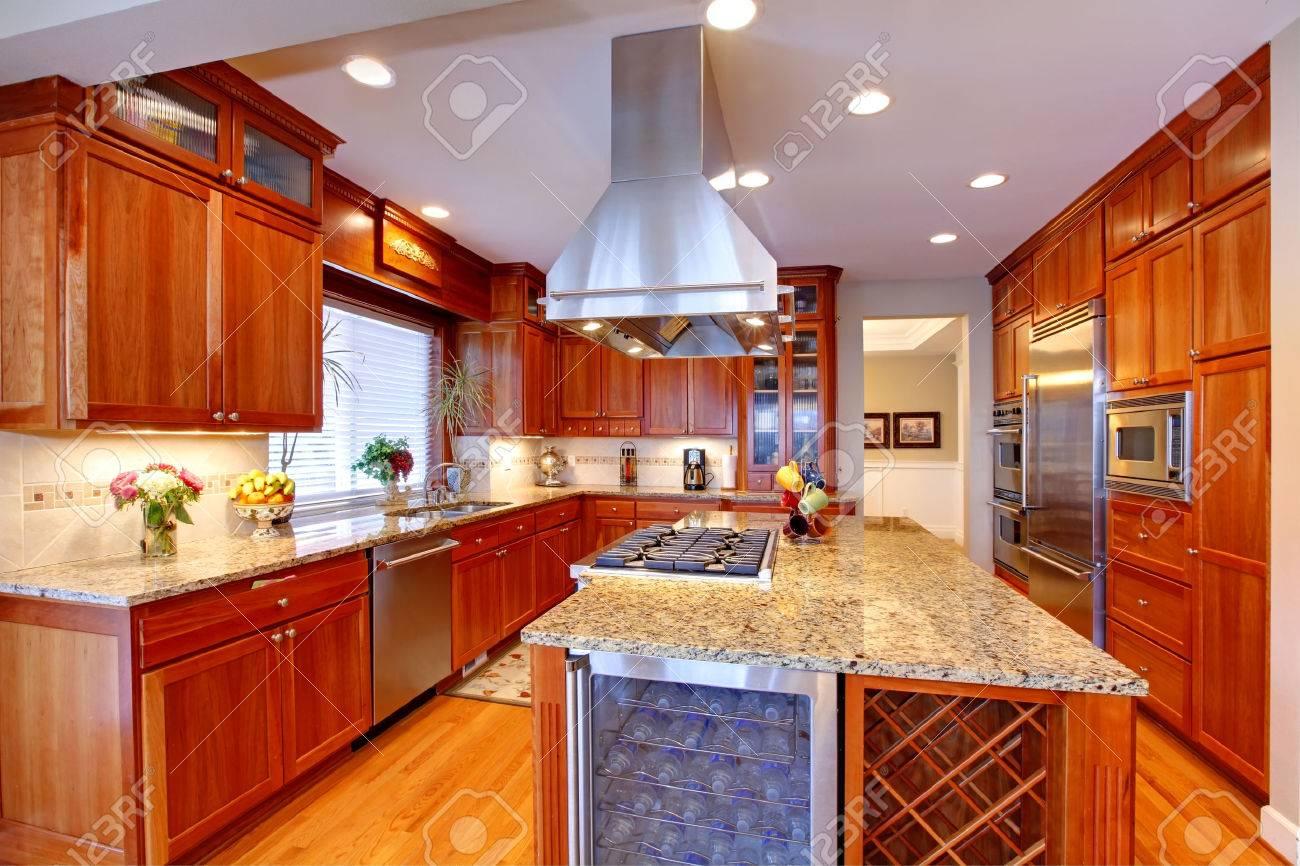 Interior De La Cocina Exuberante. Vista De Almacenamiento De ...