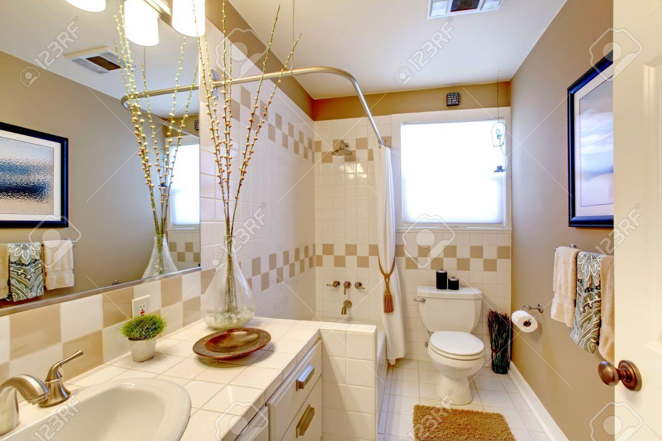 Badkamer Lichte Tegels : Lichte tinten badkamer met tegel wand trim en tegelvloer kamer