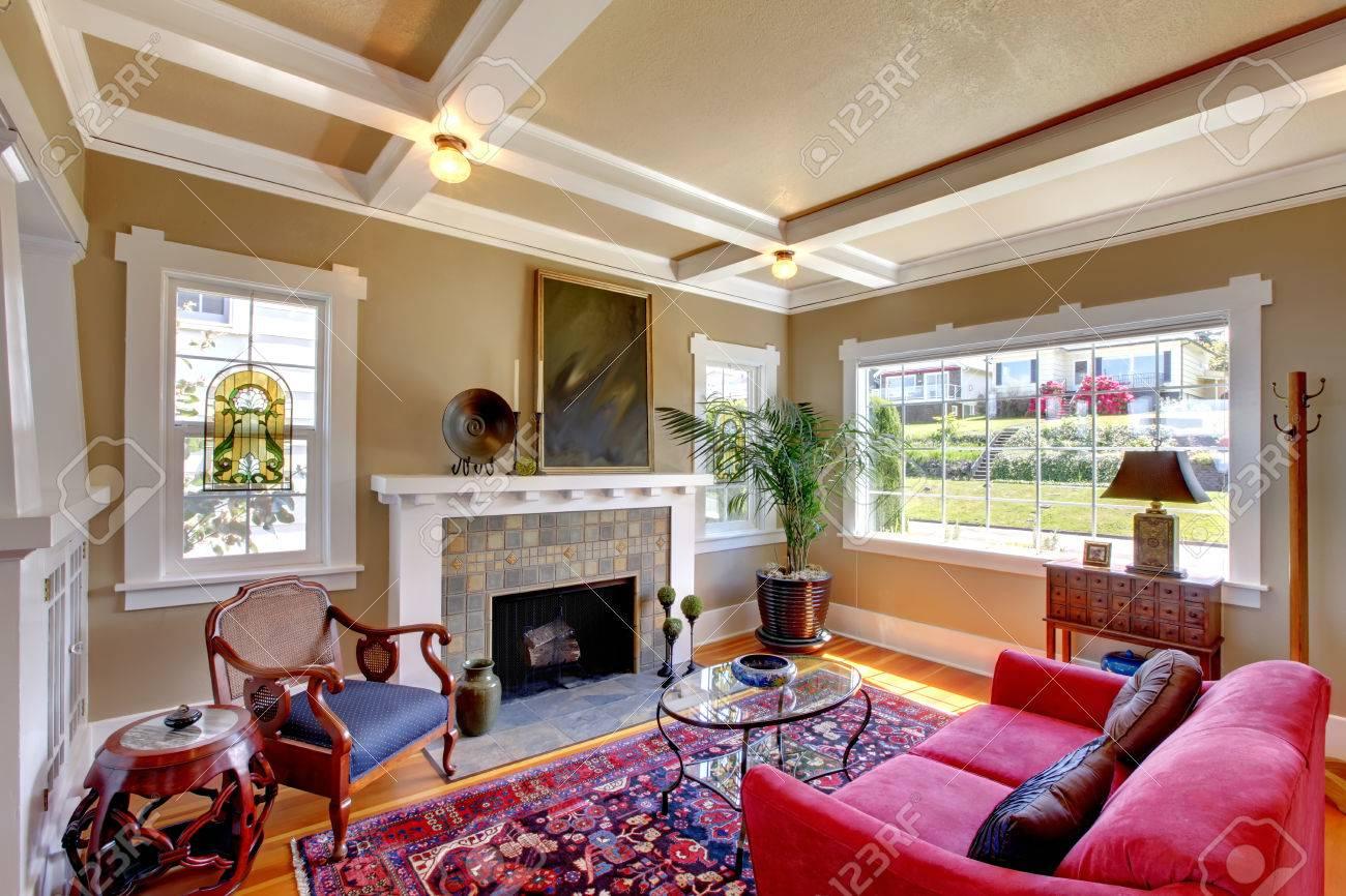 暖炉、赤い愛座席、ガラストップのコーヒー テーブル、ラグのリビング