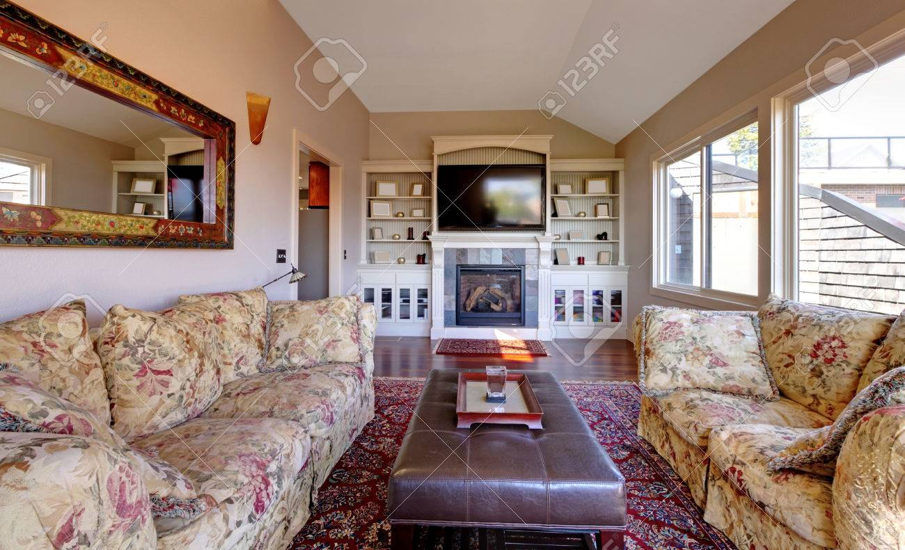 Grosses Wohnzimmer Mit Sofa, Fernseher Und Braune Wände Mit Beige Teppich  Standard Bild