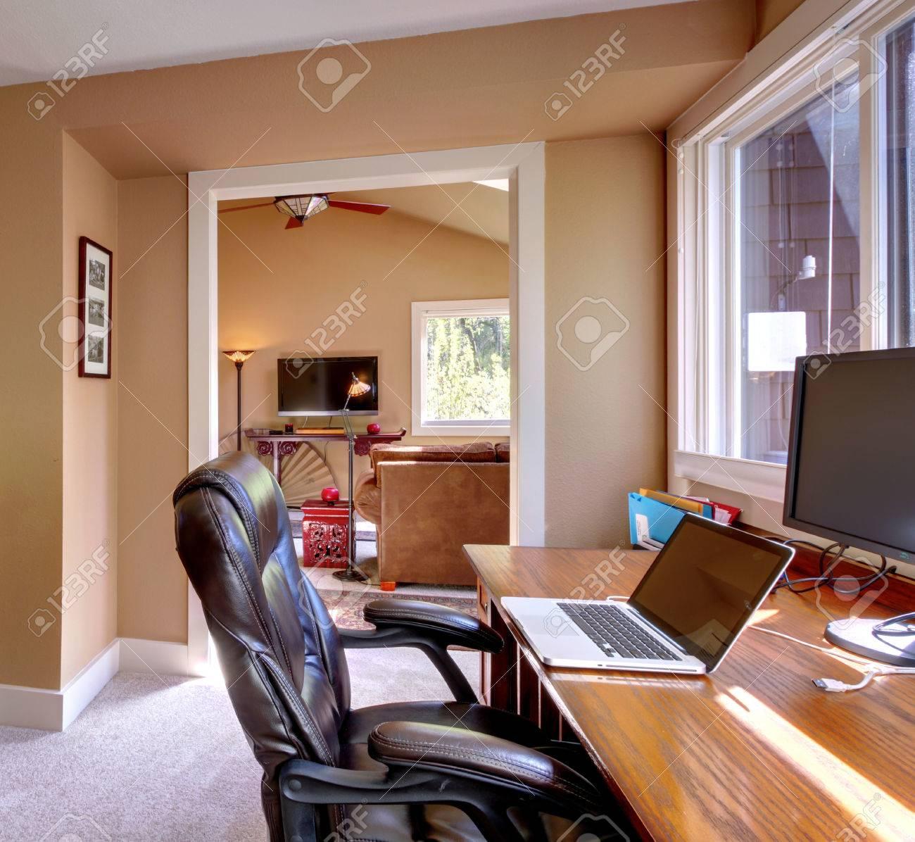 Standard Bild   Startseite Büro Und EDV Und Stuhl Mit Braunen Wänden Und TV  Im Wohnzimmer