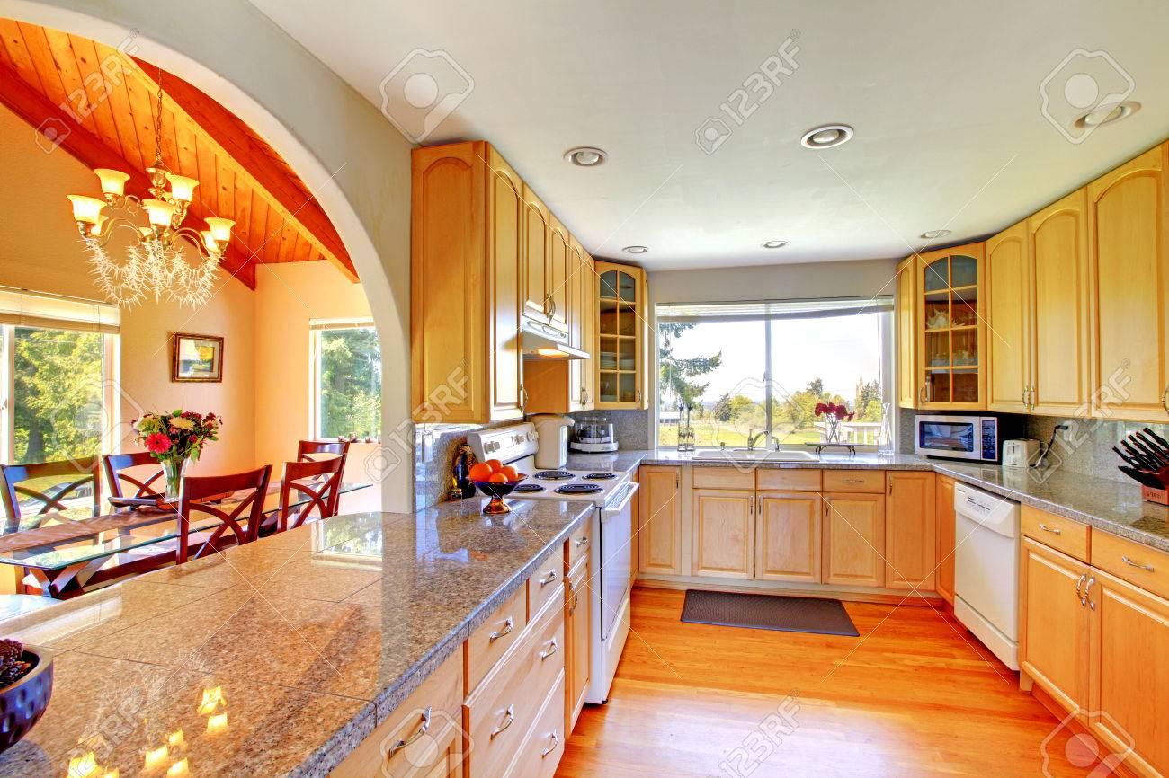 Schöne Küche Interieur Mit Bogen Offene Wand Zum Essbereich ...