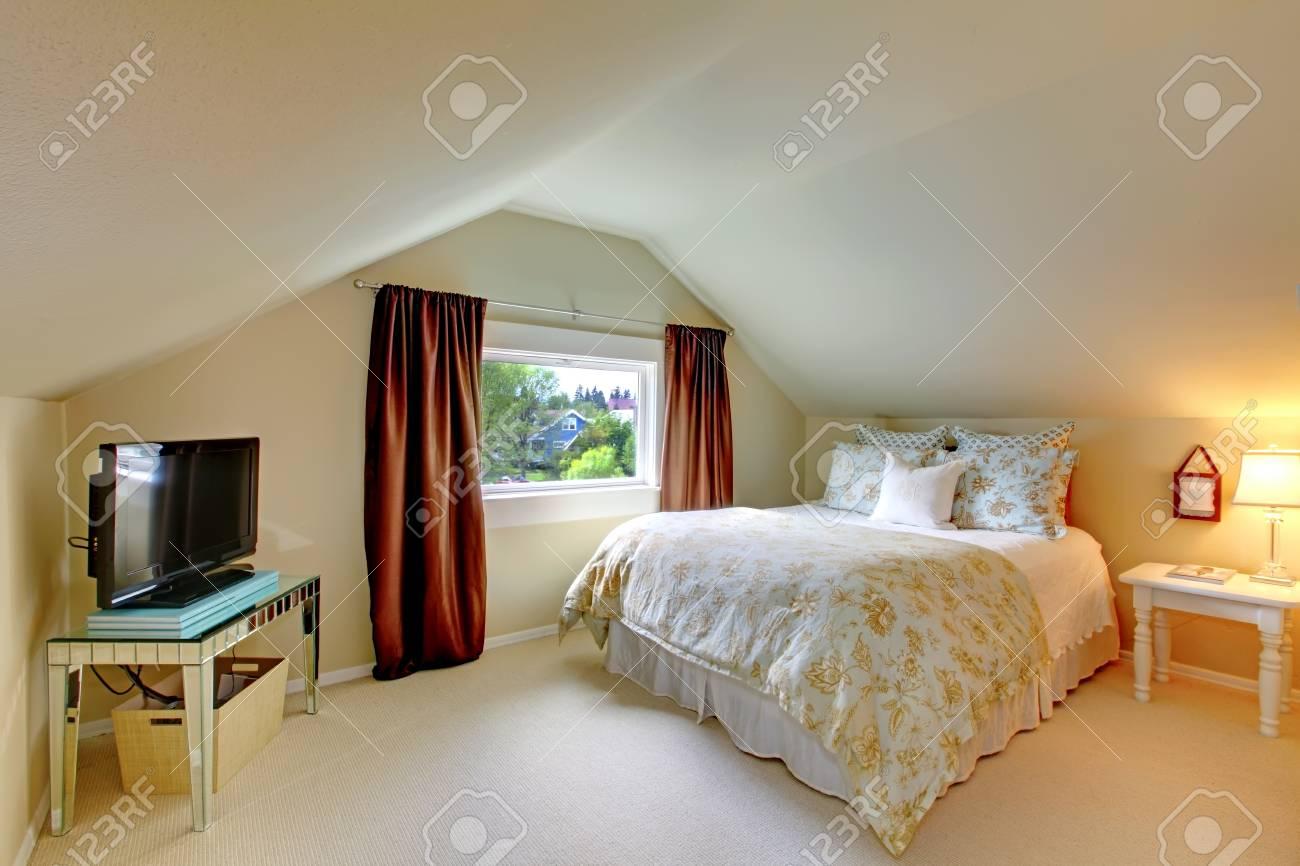 Beige Dachgeschoss Schlafzimmer Mit Tv Braunen Vorhangen Und Weissen