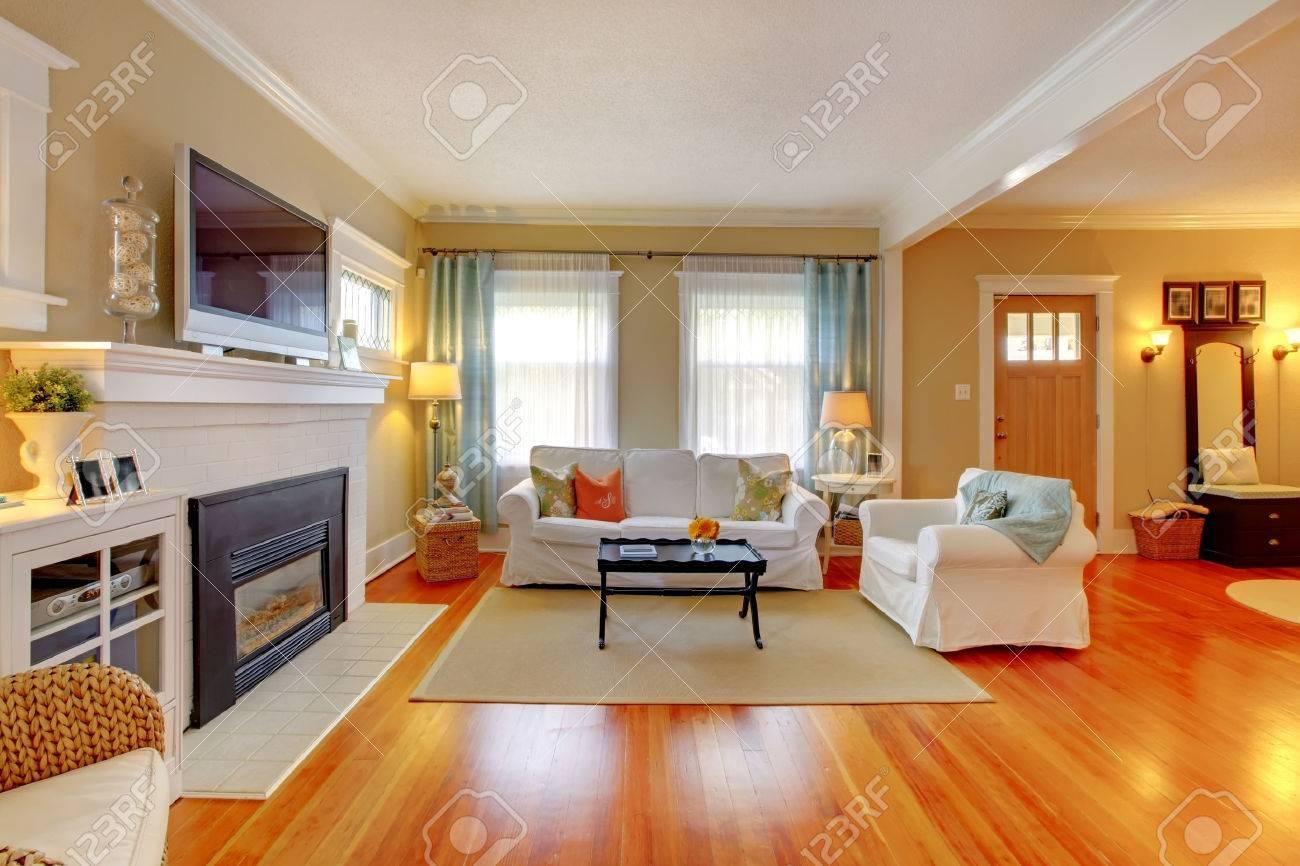 mooie woonkamer interieur met witte bank, blauw en beige. royalty, Deco ideeën