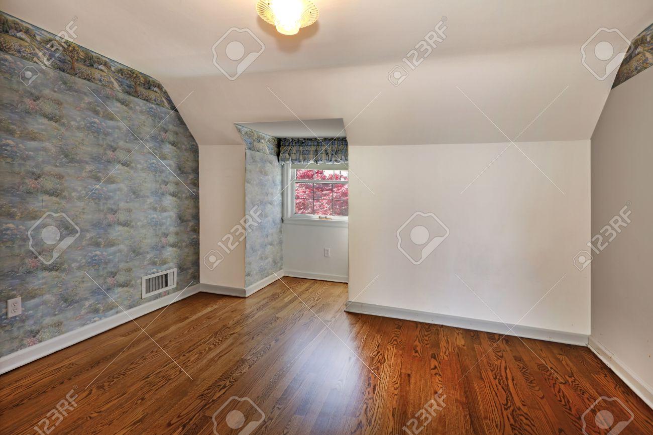 古い屋根裏部屋の空寝室美しい床と壁紙 の写真素材 画像素材 Image