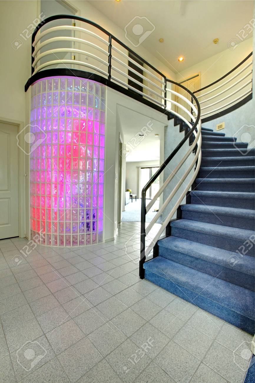 Modern foyer üvegtégla fal vágja a multi színes fények. kilátás ...