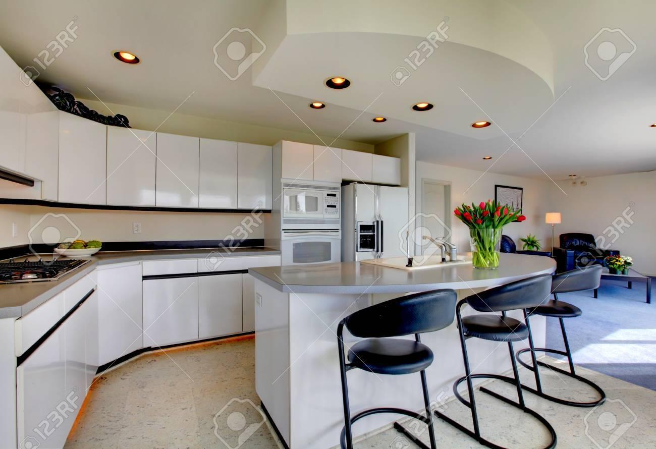 Moderne Küche Interieur Mit Weißen Lager-Kombination Und Geräte ...
