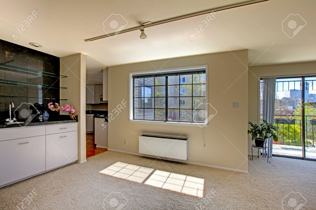 Banque dimages , Intérieur de la maison avec plan détage ouvert. Vue du salon avec terrasse débrayage et salle à manger avec armoire et fenêtre vue