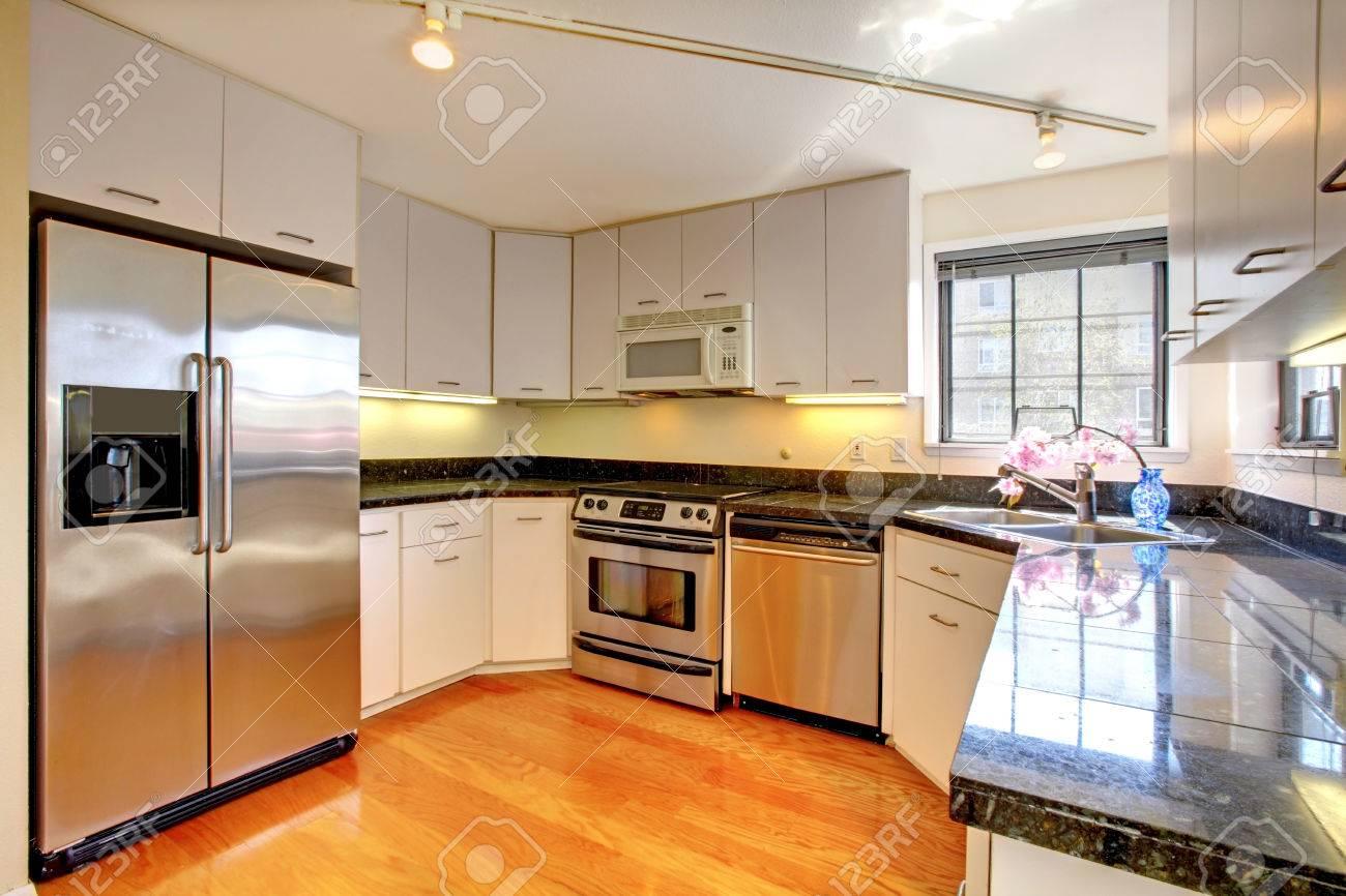 Standard Bild   Standard Küche Interieur Mit Weißen Lager Kombination Und  Stahlgeräte.