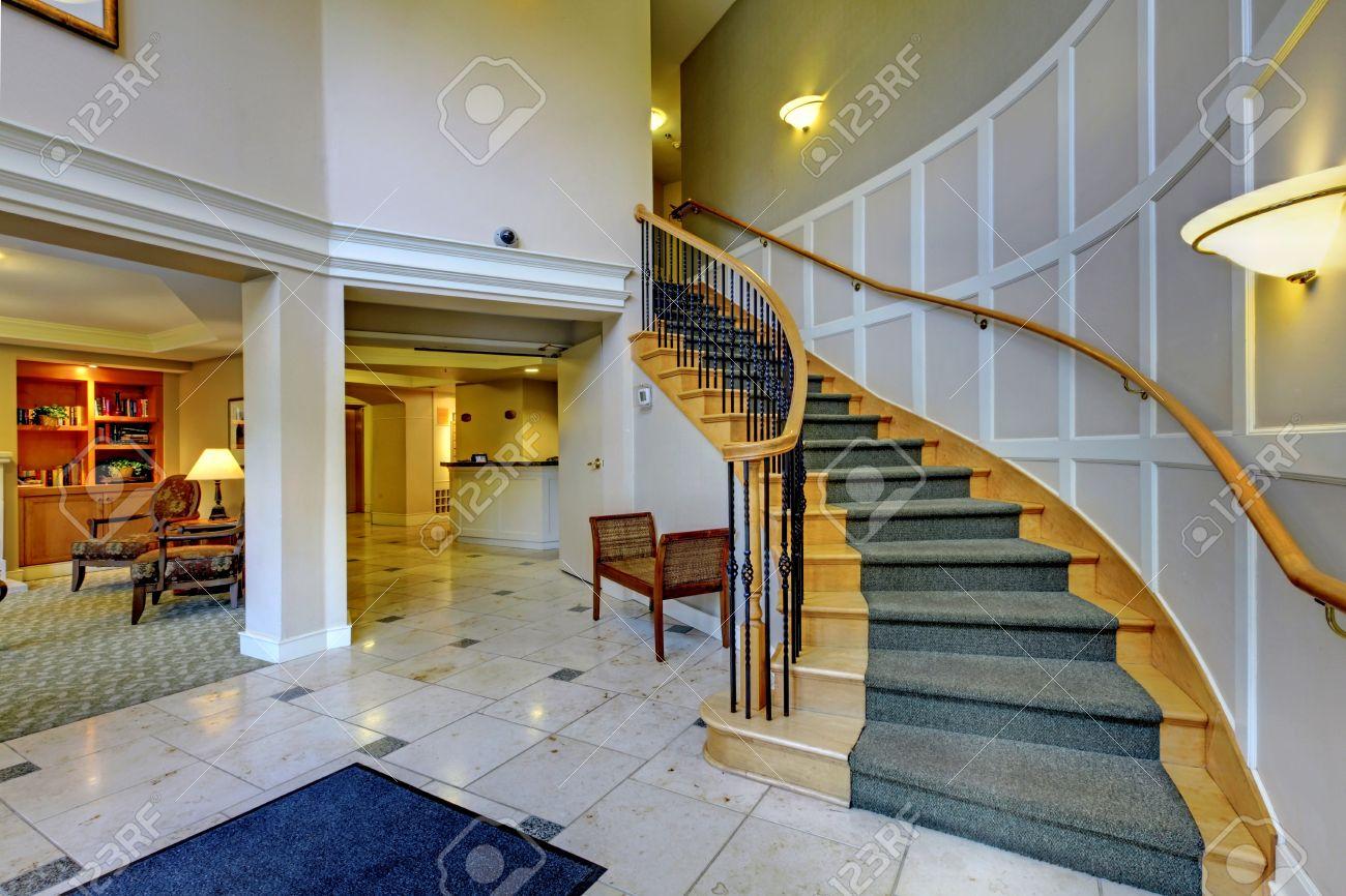 Foyer avec des colonnes et un escalier en bois. plan d'étage ...