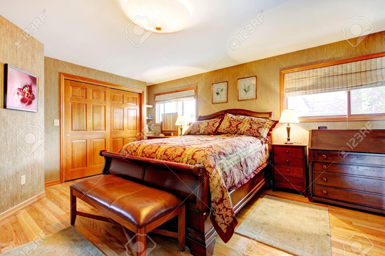 Rich Schlafzimmer Mit Holzboden, Abstellraum Und Eichenmöbel Set  Standard Bild   29033013