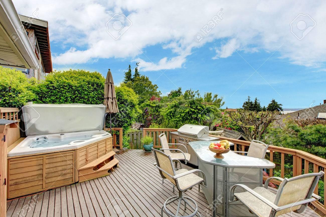 Schone Ausstand Deck Mit Jacuzzi Terrasse Tisch Set Und Grill