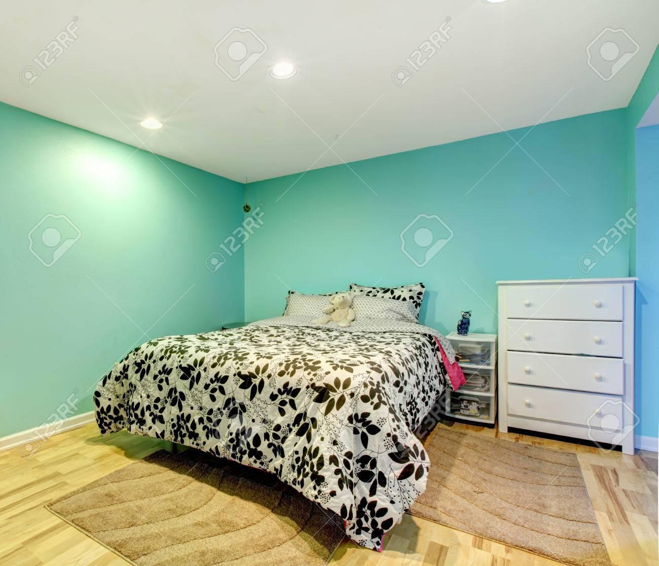 Mint vrolijke slaapkamer met hardhouten vloer. ingericht met zwart ...
