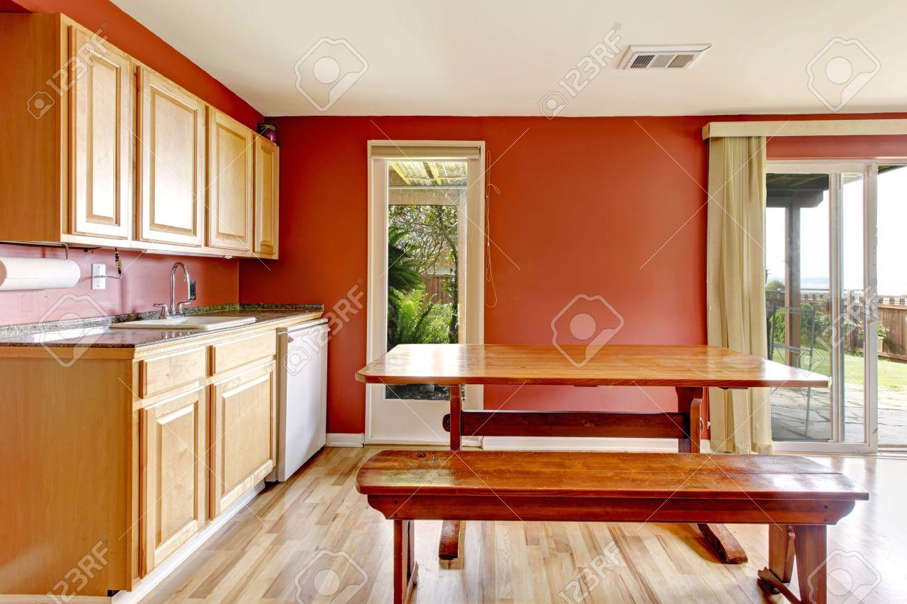 Kleine Küche Mit Hellen Farben Schränke, Parkett Und Helle Rote ...