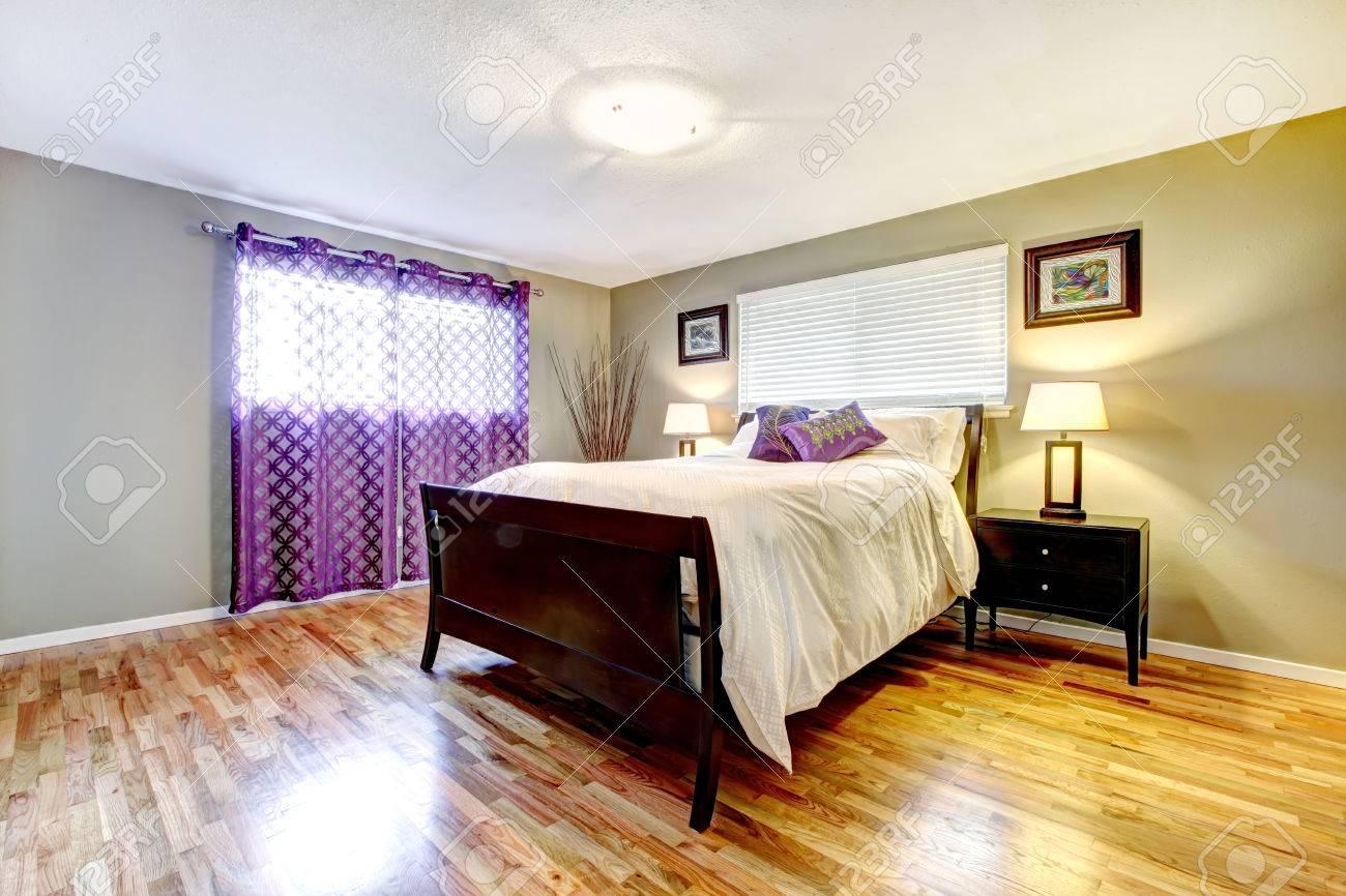 Dormitorio Con Piso De Madera Brillante, Muebles Conjunto De Color ...