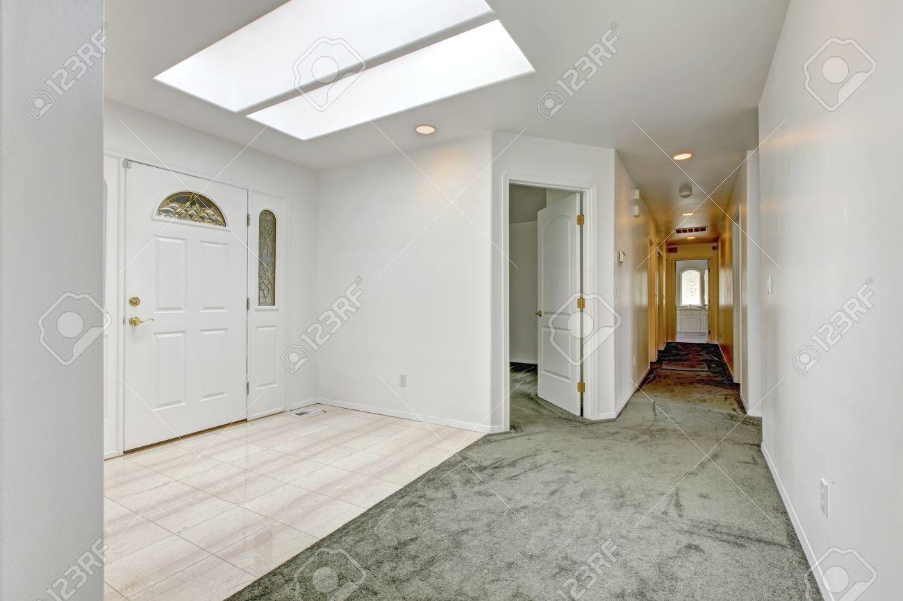 28996723-helle-diele-mit-dachfenster-fliesen-und-teppichboden-ansicht-der-langen-flur-und-offene-t-r-zum-zimm-lizenzfreie-bilder