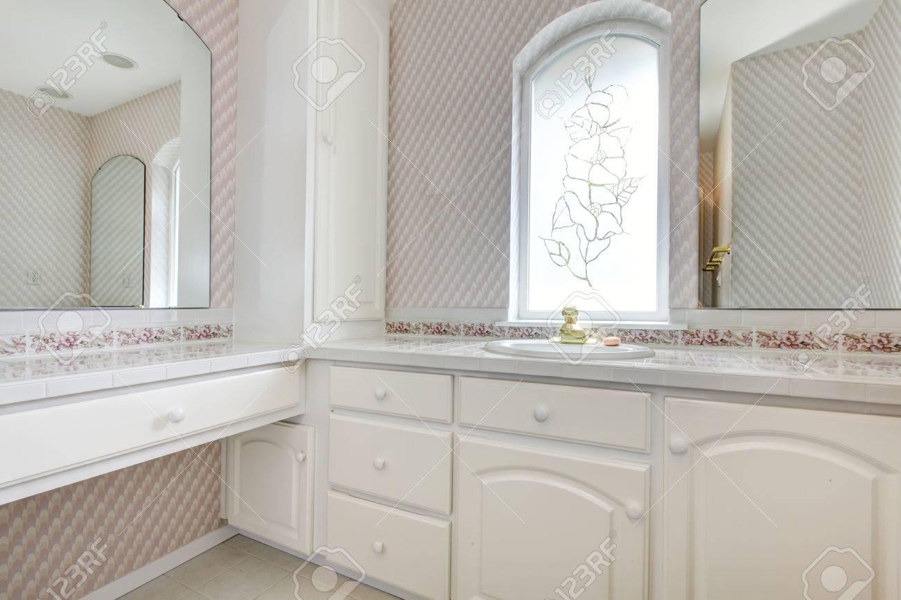 Weiße Hölzerne Eitelkeit In Rosa Badezimmer Mit Bogenfenster ...