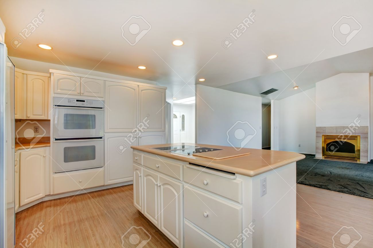 piano piano aperto. white room cucina con isola. vista di vuoto ... - Soggiorno Cucina Con Camino