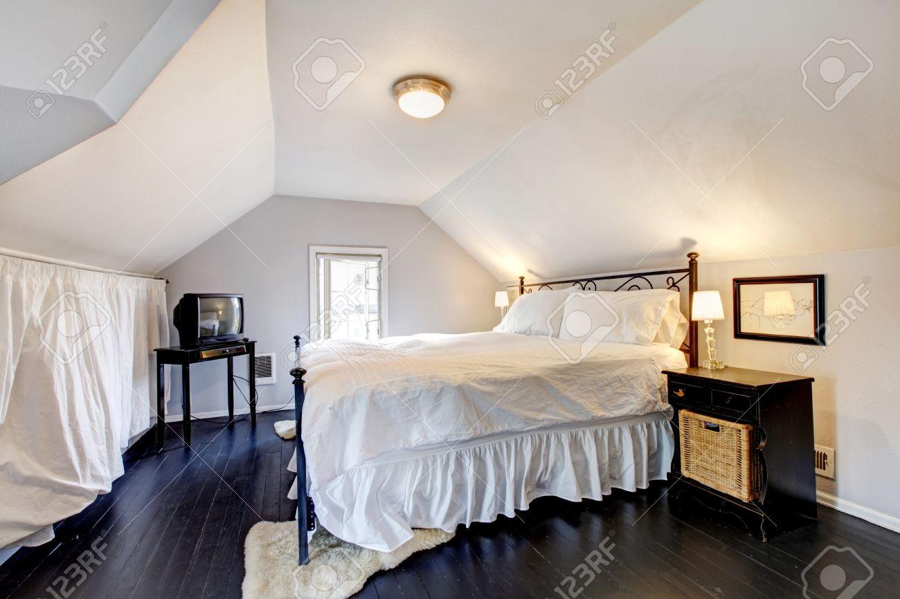 Blanc velux chambre avec plafond voûté et vieux plancher de bois ...