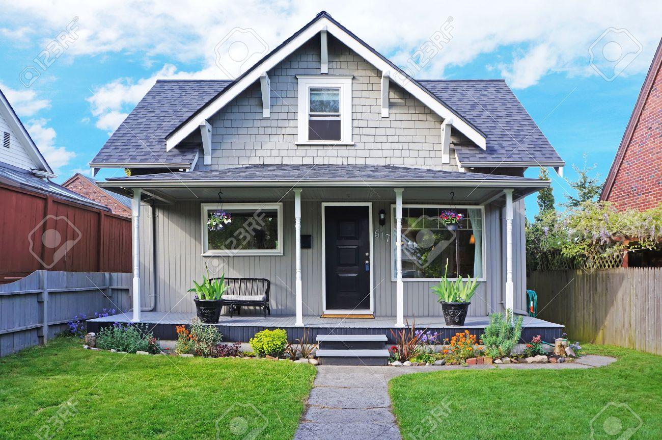 Le Porche D Une Maison petite vieille maison avec porche d'entrée décoré avec banc antique