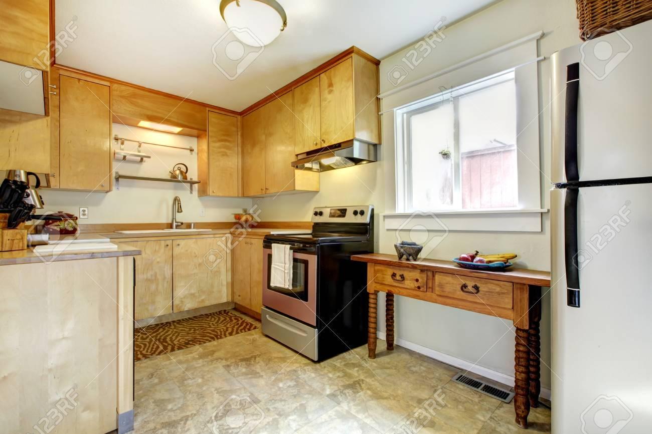 Pequeño Interior De La Cocina Con Electrodomésticos Modernos Y ...